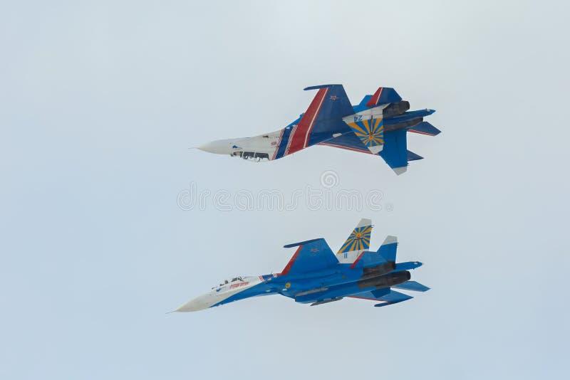 Wojownika Sukhoi Su-27 przedstawienia aerobatics przy airshow rosjanina rycerzami obrazy stock