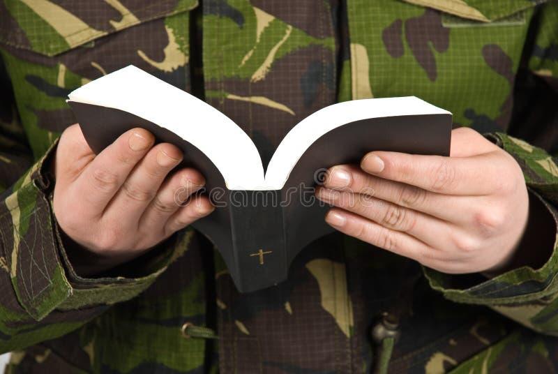 Wojska biblii czytelniczy żołnierz