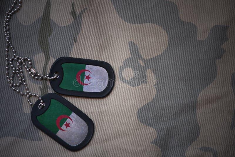 Wojska puste miejsce, psia etykietka z flaga Algeria na khakim tekstury tle obrazy stock