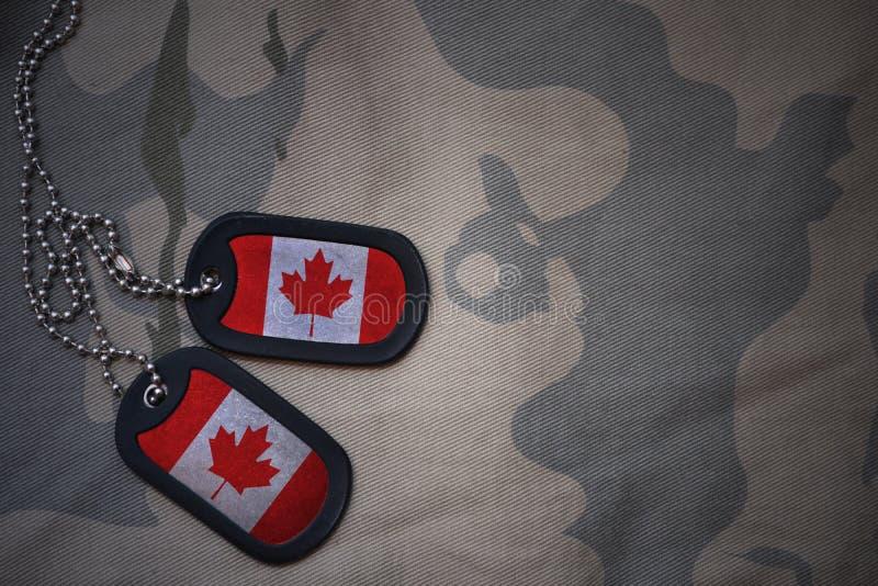 Wojska puste miejsce, psia etykietka z flaga Canada na khakim tekstury tle fotografia royalty free