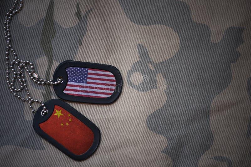 wojska puste miejsce, psia etykietka z flaga zlani stany America i porcelana na khakim tekstury tle, zdjęcie stock