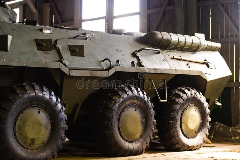 Wojska wyposażenie APC w hangarze zdjęcia stock