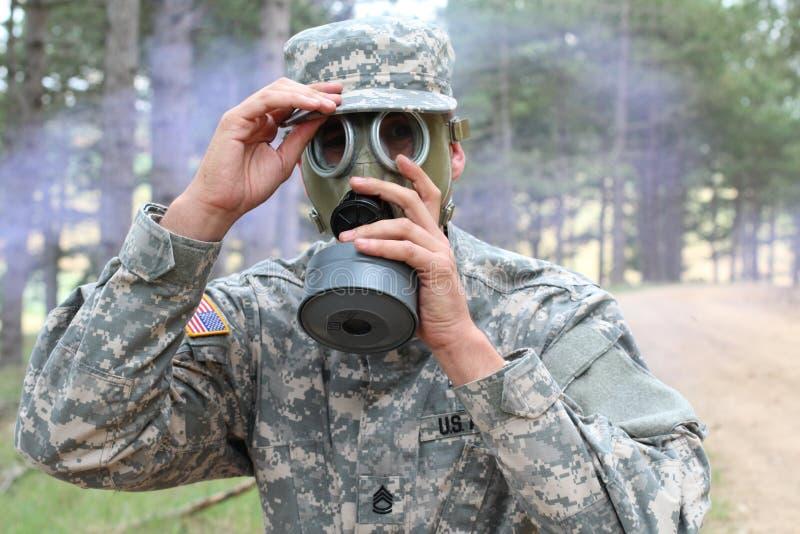 Wojsko żołnierz jest ubranym maskę gazową w naturze fotografia royalty free