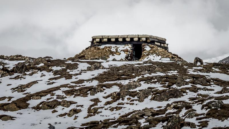 Wojsko bunkier doskonale camouflaged na skalistych terenach i śniegu obrazy royalty free