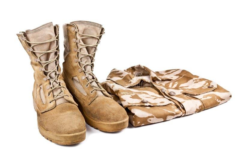 Wojsko buty i bojowa koszula odizolowywający na białym tle fotografia royalty free