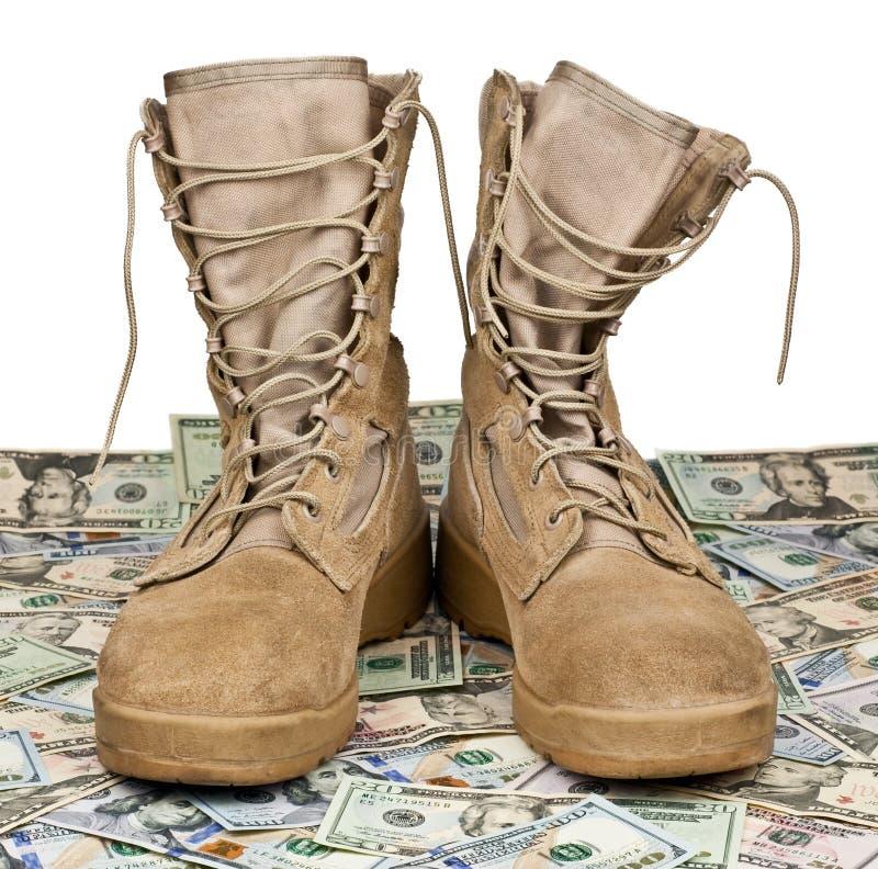 Wojsko buty na tle pieniądze zdjęcia royalty free