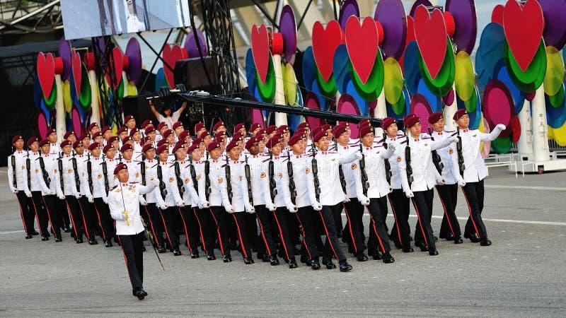 Wojsko desantowa honoru kontyngent wmarsz past podczas święto państwowe parady próby 2013 (NDP) zdjęcie royalty free