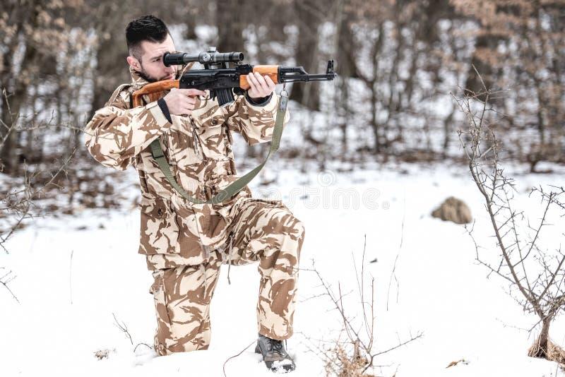 Wojsko mężczyzna podpala maszynowego pistolet na polu bitwy obrazy stock