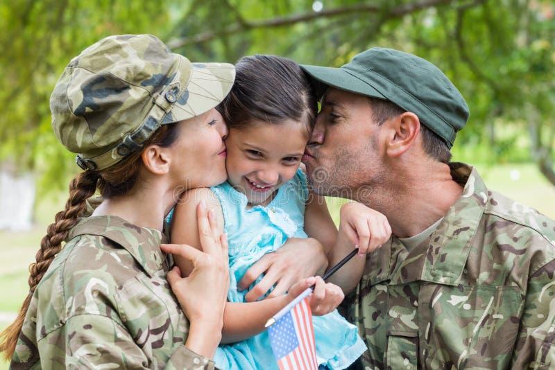 Wojsko rodzice ponownie łączyć z ich córką obrazy stock
