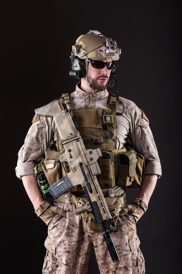 wojsko USA żołnierz na Ciemnym tle obrazy royalty free