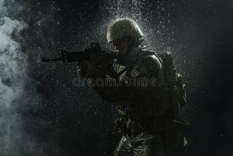 wojsko USA żołnierz w deszczu fotografia stock