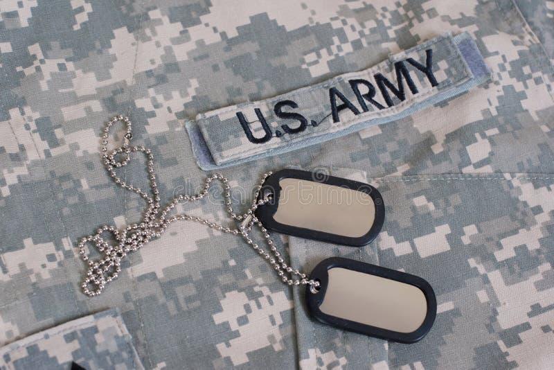 Wojsko USA camouflaged mundur z pustymi psimi etykietkami obrazy stock