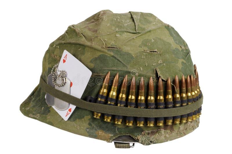 wojsko USA hełma wojna w wietnamie okres z kamuflaż pokrywą, ammo pasek, psia etykietka i amuletu as serca karta do gry, zdjęcia stock