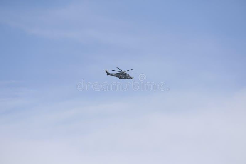 1 wojskowa okupacja ratunek helikoptera Włoski militarny helikopter w niebie Militarny helikopter przeciw tłu niebieskie niebo obraz royalty free