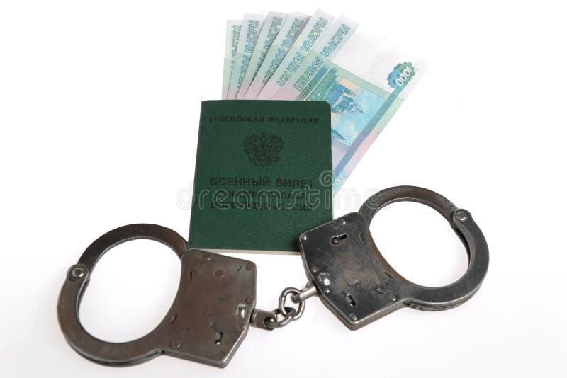 Wojskowy karta oficer, kajdanki i pieniądze odizolowywający, obraz royalty free
