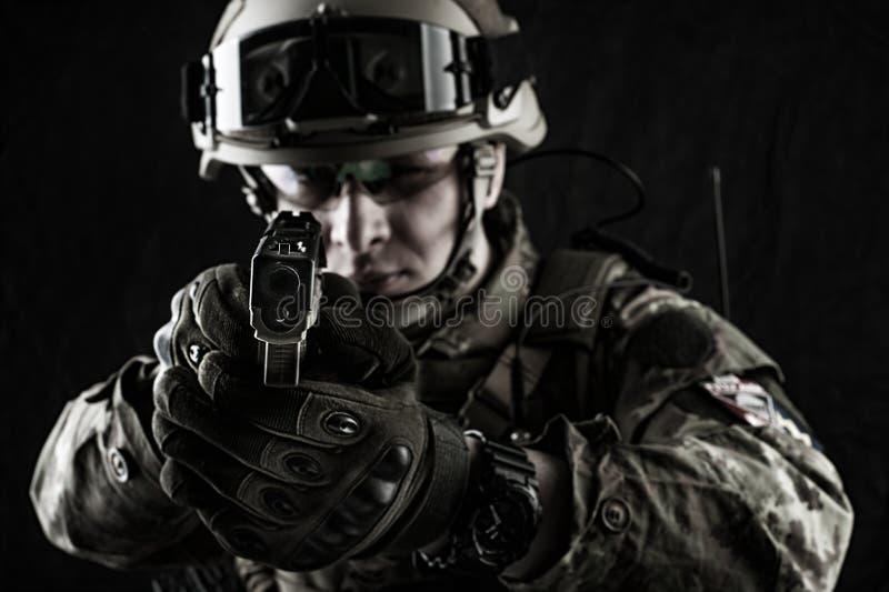 Wojskowy w włoskim kamuflażu celowaniu od pistolecika obrazy royalty free