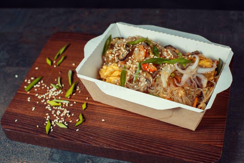 wok avec le poulet image stock