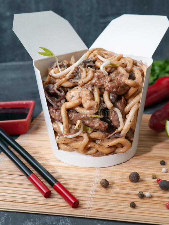 Free Wok Box With Noodle Sauce Of Indian Black Pepper, Beef, Soybean Sprouts, Wood Mushroom, Ginger..The Wok Box Is Cut. Standing On A Royalty Free Stock Photo - 170812125