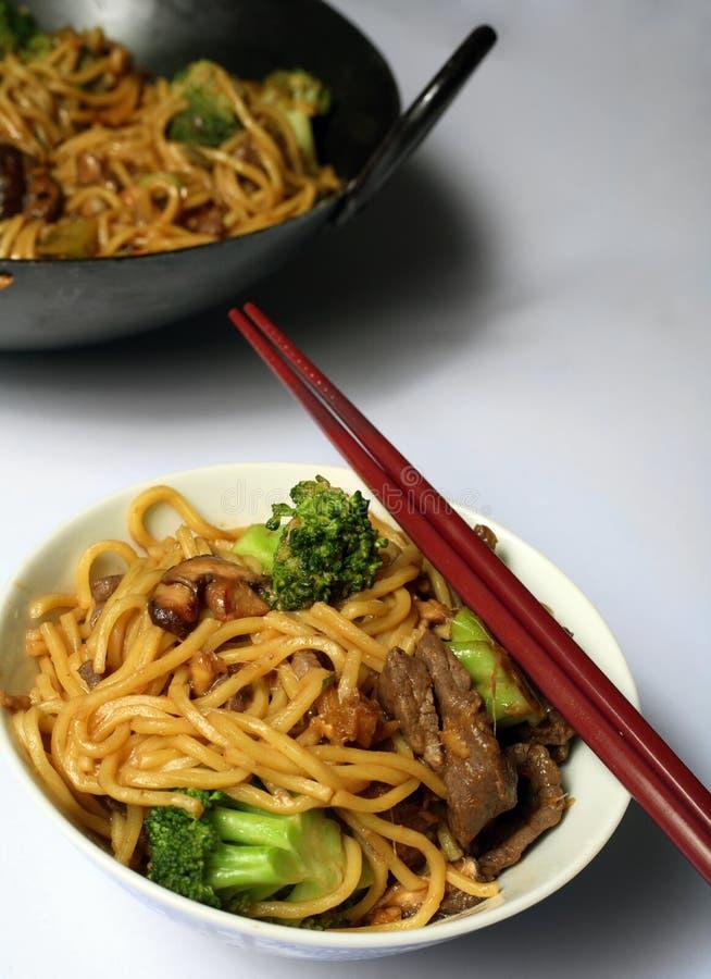 Wok chino del mein del perro chino de la carne de vaca   imagen de archivo