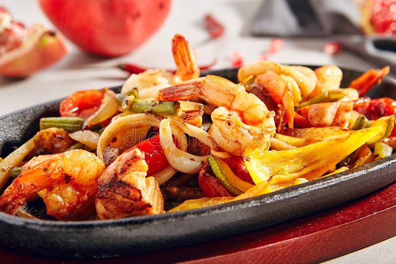 Wok con le verdure arrostite, gamberetti della tigre o gamberetti ed anelli del calamaro immagine stock libera da diritti