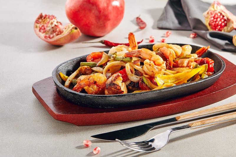 Wok con le verdure arrostite, gamberetti della tigre o gamberetti ed anelli del calamaro immagini stock