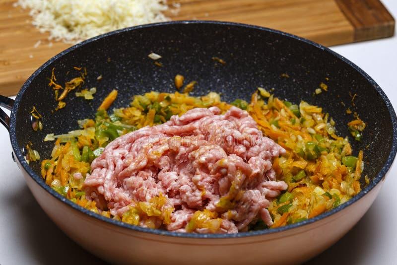 Wok con le verdure tagliate e la carne pronte fotografia stock libera da diritti