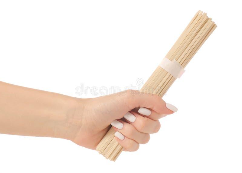 Wok delle tagliatelle del grano in una mano fotografie stock