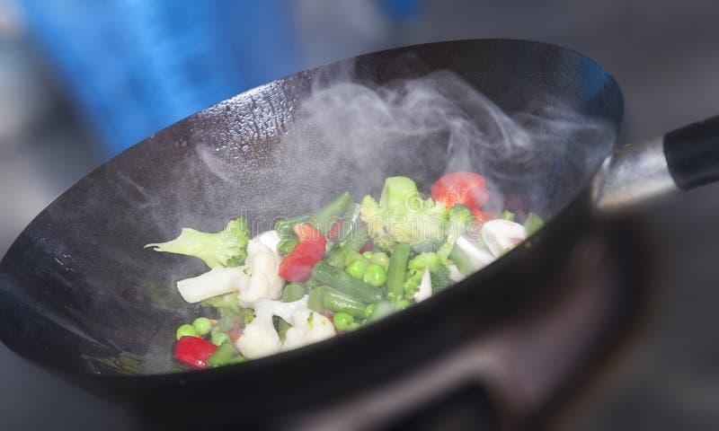 Wok faisant cuire la nourriture asiatique saine image libre de droits