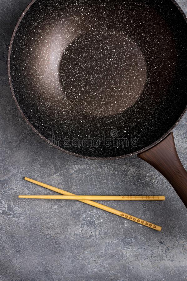 Wok Pan Empty met Houten Eetstokjes op Donkere Achtergrond royalty-vrije stock afbeelding