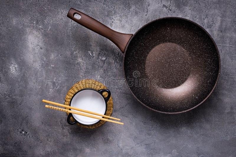 Wok Pan Empty met Houten Eetstokjes op Donkere Achtergrond stock fotografie