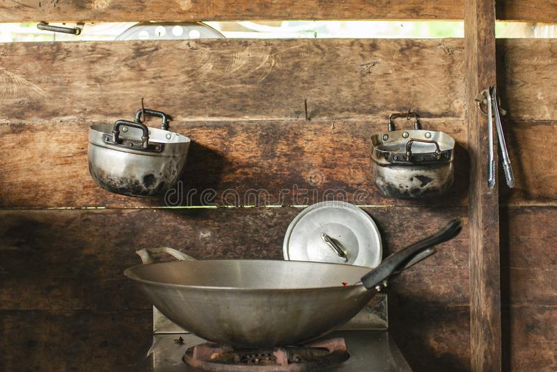 Wok, sur la cuisinière à gaz photo libre de droits