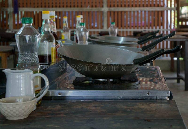 Wok vacíos en una clase de cocina fotografía de archivo libre de regalías