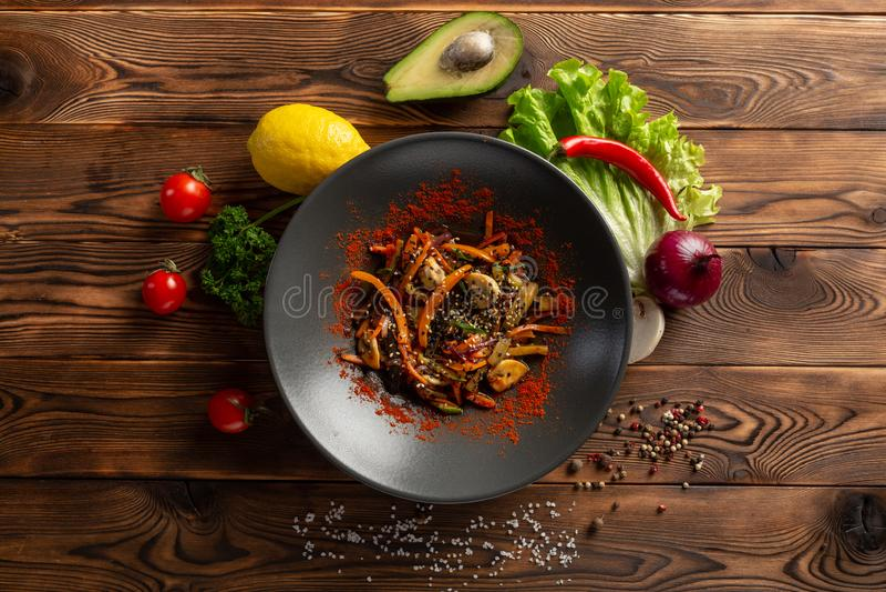 Wok warzywa z pikantno?? w czarnym talerzu obraz stock