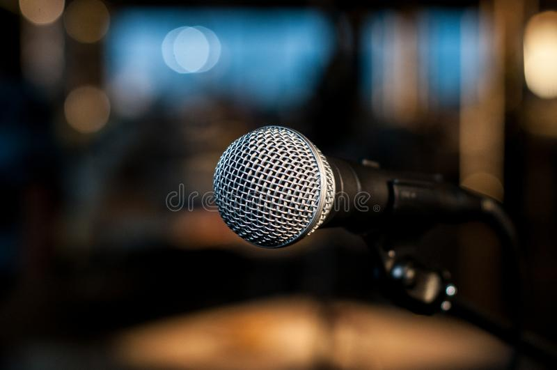 Wokalnie mikrofon na tle kolorowy światło zdjęcie royalty free