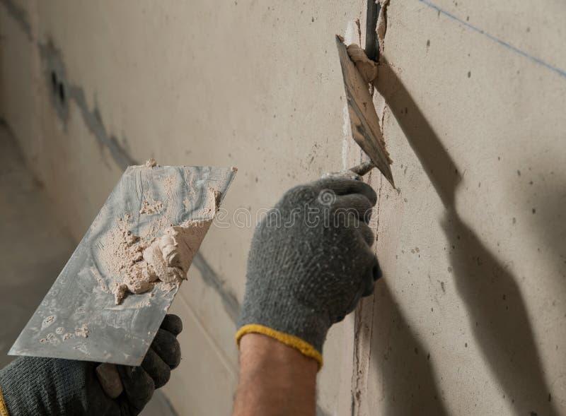 Woker fixe un guide pour aligner les murs avec le stuc image libre de droits