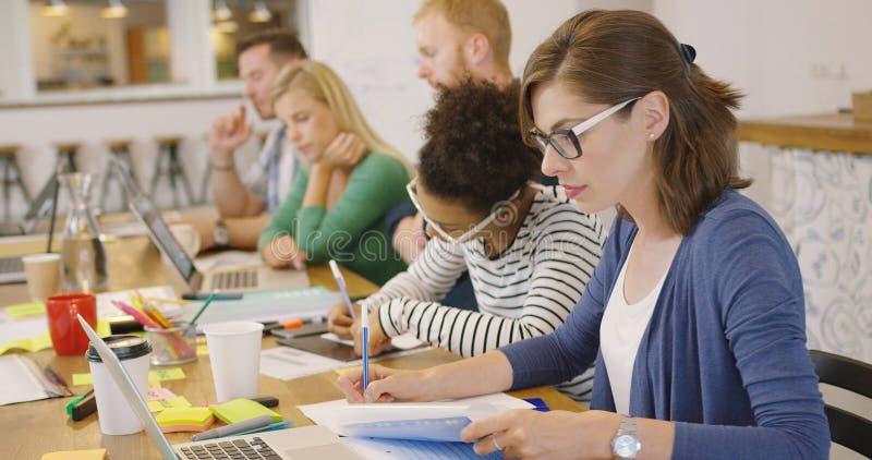 Wokers concentrados jovens no escritório fotografia de stock