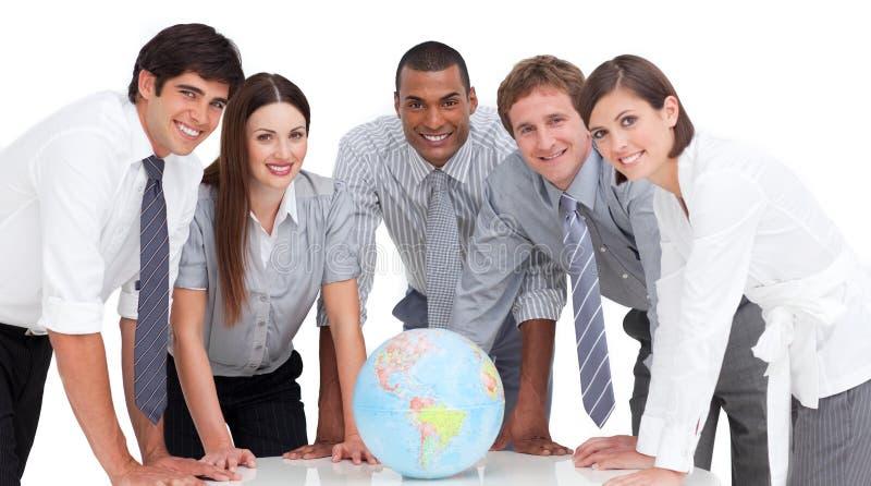 wokoło biznesowej kuli ziemskiej poważny drużynowy ziemnego zdjęcie stock