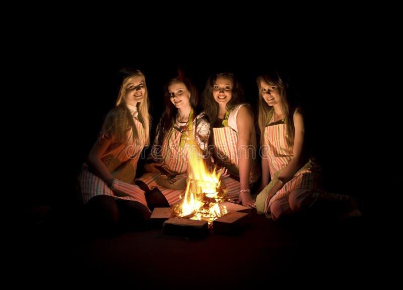 wokoło ognisko dziewczyn zdjęcie royalty free