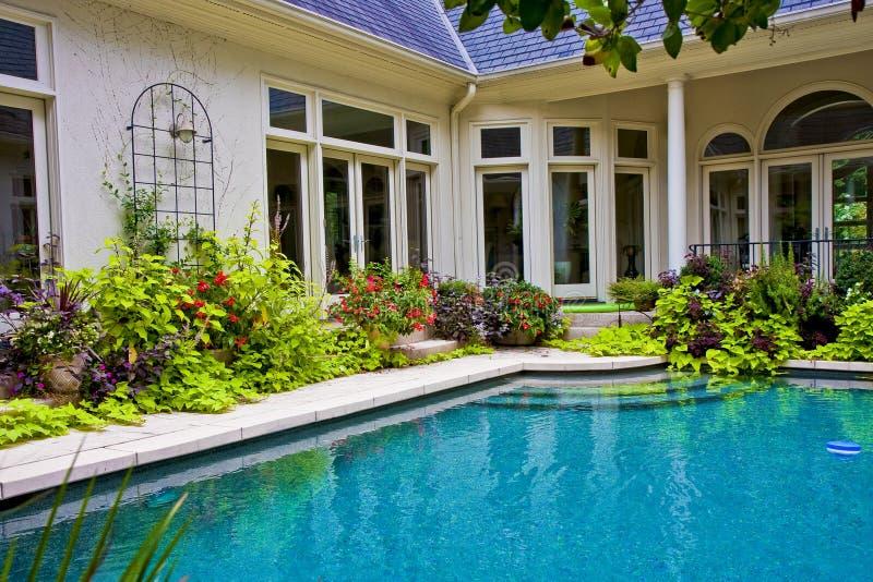 wokoło ogrodowego basenu obrazy royalty free