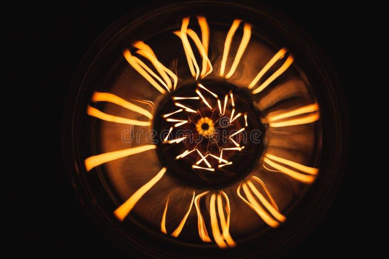 Wolframu lampowy jarzyć się nad ciemnym tłem zdjęcie stock