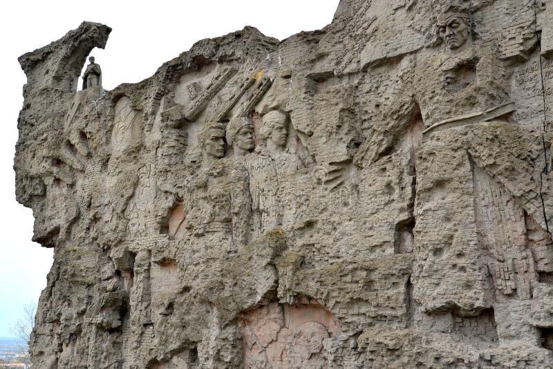 Wolgagrad, Russland Ein Fragment von Ruinen einer symbolischen Wand mit Flachreliefs von Soldaten Mamayev kurgan lizenzfreie stockbilder