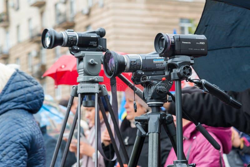Wolgograd, Russland - 4. November 2016 Die Arbeit des Fotografen und des videographer am Tag der nationalen Einheit lizenzfreies stockfoto