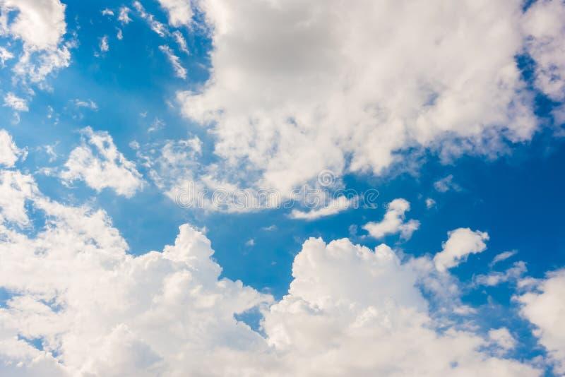 Wolk in blauwe hemel stock foto's