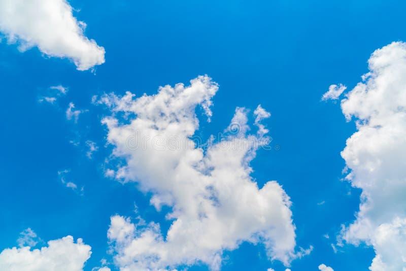Wolk in blauwe hemel royalty-vrije stock afbeelding