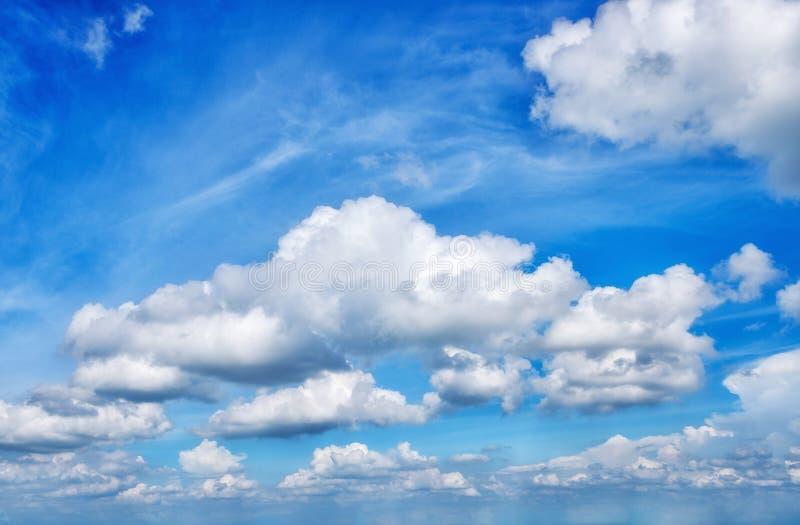 Wolk en blauwe hemel stock foto