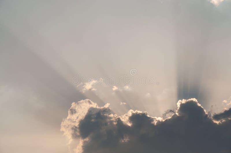 Wolk en hemel met zonstralen stock fotografie