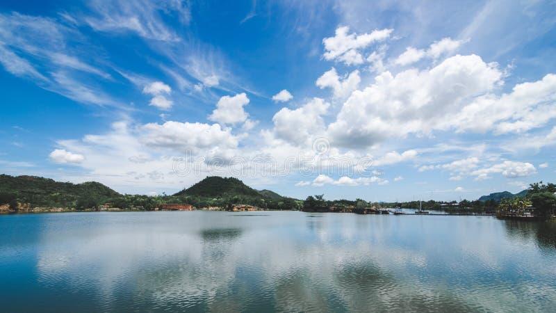 Wolk en hemelschaduw op het meer stock foto's
