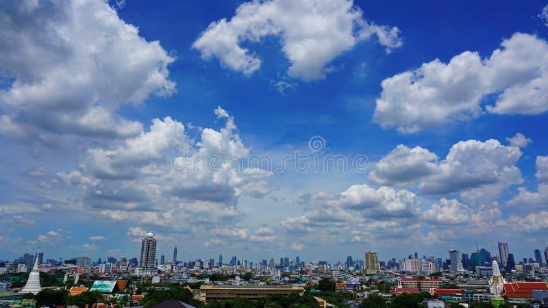 Wolk met blauwe hemel stock afbeeldingen
