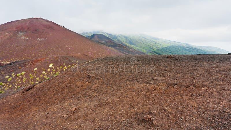 Wolk over vulkanische heuvels op Etna Mount stock foto's