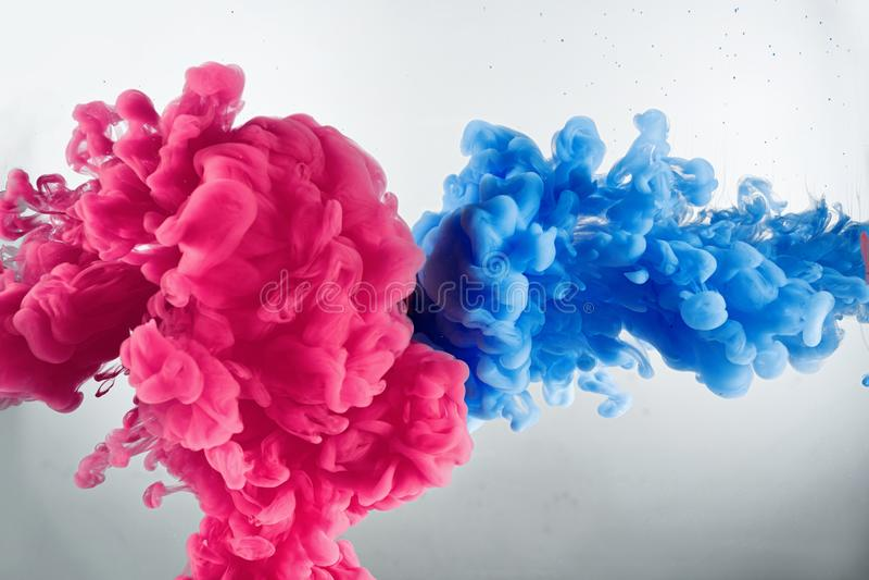 Wolk van kleurenplons in water stock foto